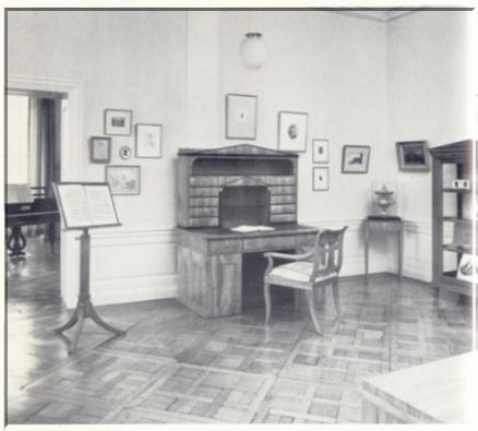 Blick in zwei Räume der Louis Spohr-Gedenk- und Forschungsstätte im Schloß Bellevue, Kassel, mit Möbeln, Bildern und Gegenständen aus dem Besitz des Künstlers