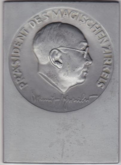 Metallplatte 51x72 mm mit Präsident des Magischen Zirkels Helmut Schreiber